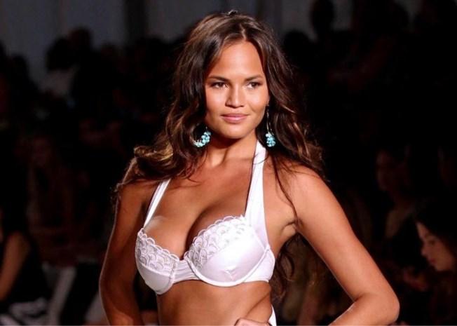 Supermodel Chrissy Teigen viert vrolijk de tiende verjaardag... van haar borsten