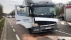 Brandweer bevrijdt trucker uit cabine na kop-staartaanrijding