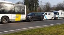 Kettingbotsing met bus van De Lijn en drie voertuigen in Sint-Lenaarts