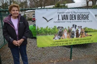 """Jeanneke (94) verkoopt nog volle bak dierenvoer: """"Tijdelijk sluiten? Dan ga ik zeker dood!"""""""