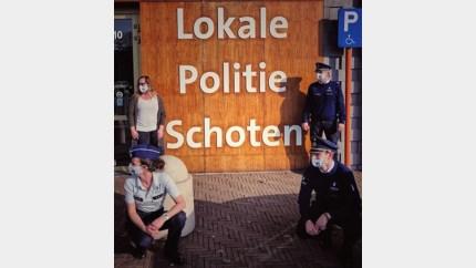 Politie showt gelabelde mondmaskers, maar draagt ze niet