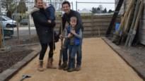 Cafébaas legt met zijn gezin petanquebaan aan nu deuren zaak toch gesloten zijn