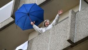 """Borgerhoutse senioren twisten op hun balkon: """"Van dansen word je altijd vrolijk"""""""