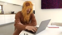 Kapelse bedrijfsleider kruipt achter zijn laptop… verkleed als leeuw