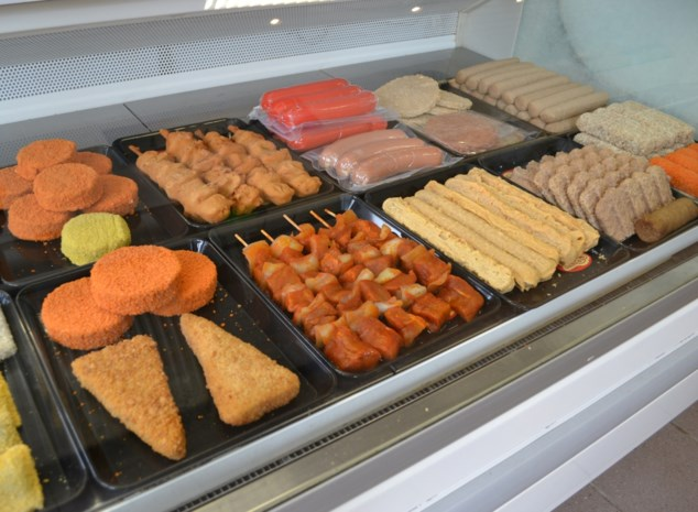 Frituur schenkt diepgevroren snacks weg voor symbolische euro, klanten kunnen curryworsten thuis afbakken