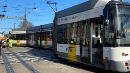 Tram volledig ontspoord op kruispunt na defect met wissel