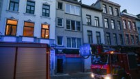 Uitslaande brand in dakappartement: rookpluim van ver te zien