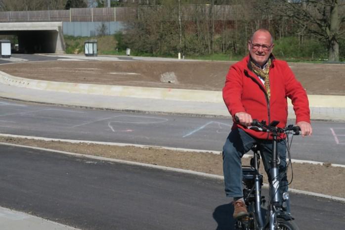 """Oud-schepen kan het niet meer aanzien: """"Natuurlijk is er wél asfalt te krijgen voor nieuwe rotonde in Wommelgem"""""""