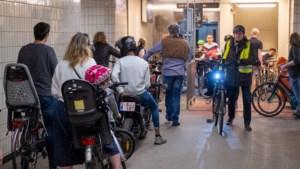 Nauwelijks social distancing aan fiets- en voetgangerstunnels onder Schelde