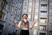 Meneer Zee verrast bewoners van sociale woonblokken op den Dam met optreden op binnenkoer