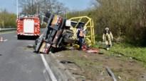 Vrachtwagen knalt tegen spoorwegbrug in Bornem: slachtoffer zwaargewond, treinverkeer onderbroken