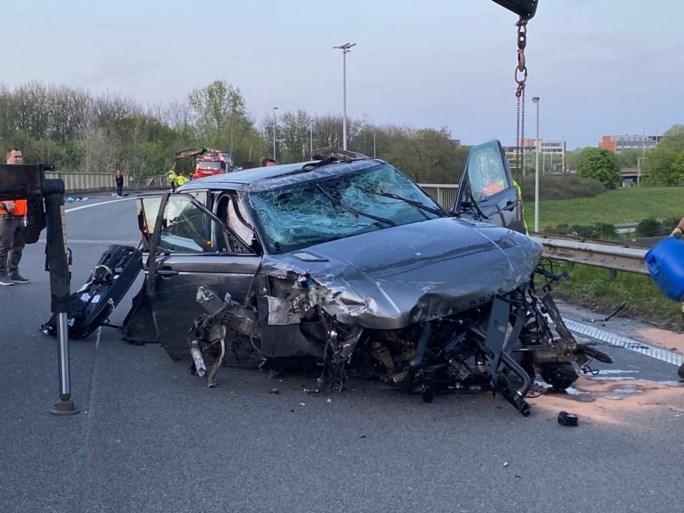 Antwerpse Ring én aansluiting A12 versperd: stuk vangrail stort van brug door slingerende auto