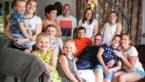 """Kroostrijk gezin woont met palliatieve opa onder één dak: """"Ga nu maar eens naar de supermarkt voor 13 man"""""""