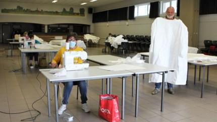 Voltijdse job: 8 vrijwilligers stikken duizenden medische schorten in parochiezaal