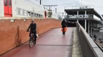 Nieuwe bovenlaag op fietshelling station van Berchem in mei