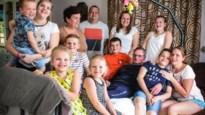 """Gezin met 9 kinderen woont met palliatieve opa onder één dak: """"Ga nu maar eens naar supermarkt voor 13 man"""""""