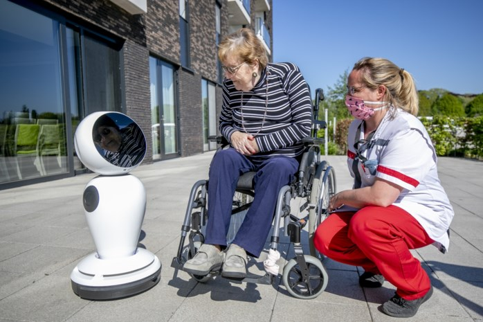 Zorgrobot brengt familie tot bij rusthuisbewoners