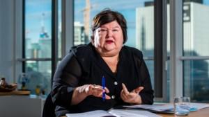 """Minister De Block over toekomst met corona: """"Beste scenario is dat virus seizoensgriep wordt"""""""
