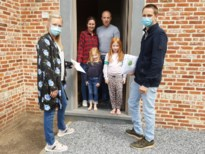 Familie Gijbels verdeelt 17.000 mondmaskers in Eindhout