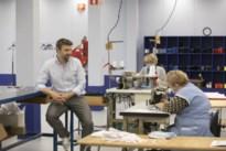 """Naaisters bij Van Moer maakten al achtduizend mondmaskers: """"Normaal gebruiken we de machines voor reparaties"""""""