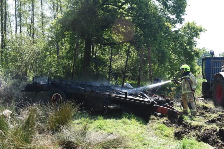 Aanhangwagen brandt uit in natuurgebied