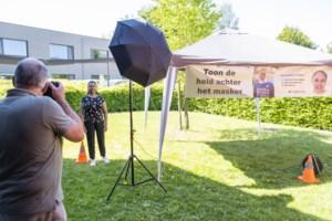 """Fotograaf maakt buttons voor zorgverleners: """"We geven de helden weer een gezicht"""""""