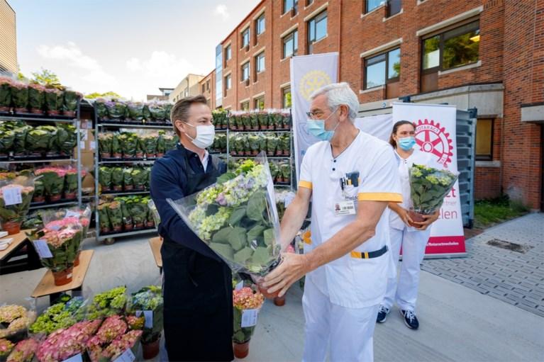 Rotaryclubs doen meer dan 3.000 coronahelden bloemetje cadeau