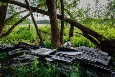 """Politie zoekt sluikstorter die afval van dak in natuur dumpte: """"Dit is driedubbel crimineel"""""""