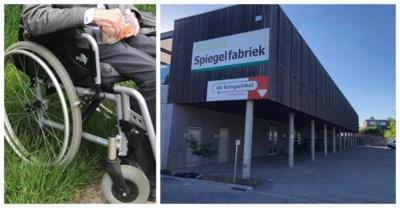 Misverstand in de kringwinkel, rolstoel van bejaarde man in alle drukte verkocht