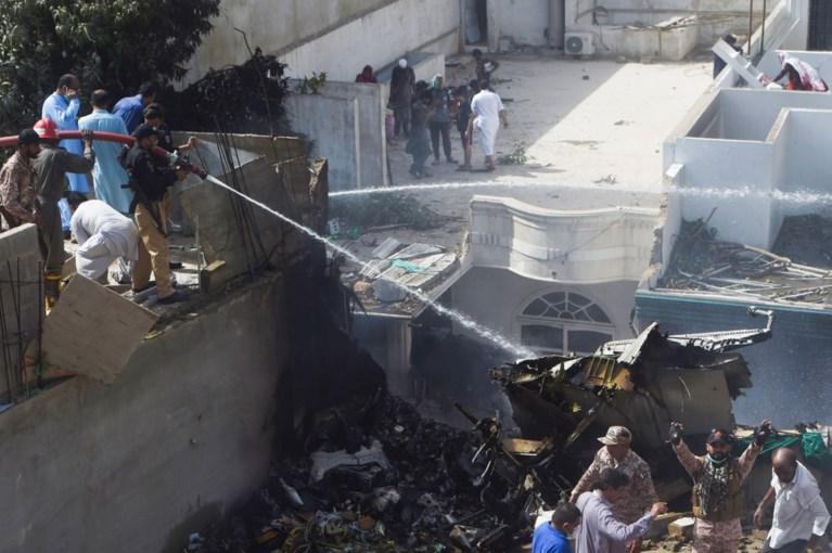 Airbus met meer dan 100 mensen aan boord gecrasht op woonwijk in Pakistan