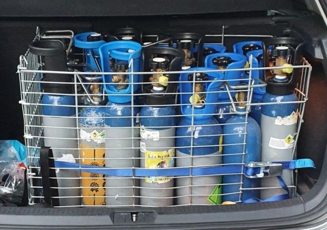 Politie haalt grote hoeveelheid lachgas uit koffer in Borgerhout