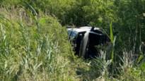 Auto belandt in zijberm van E19: twee lichtgewonden