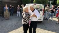 Walter en Mariette dansen op straat voor 60ste huwelijksverjaardag