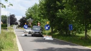 Onbekenden zwieren kunststoffen verkeersremmer aan de kant