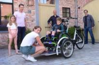 Viktor (6) kan dankzij Snowsports in eigen rolstoel op elektrische fiets