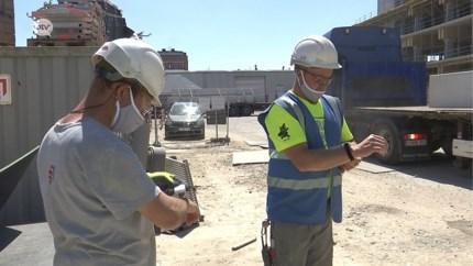 Slimme armband helpt bouwvakkers afstand te houden