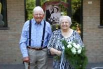 Marcel en Elza zijn 70 jaar getrouwd, echtpaar 'viert' met kinderen aan de voordeur