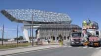 Vrachtwagen beschadigt bovenleiding in omgeving van Havenhuis: langdurige hinder