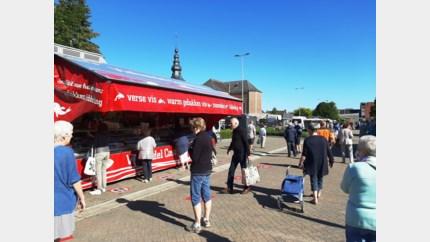"""Bezoekers en kramers Meerhoutse markt tevreden met nieuwe locatie: """"Nu de cafés nog heropenen"""""""