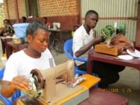 Congolese ex-kindsoldaten maken mondmaskers met materialen uit Geel