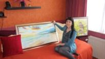 Colette Dedyn creëert verhalen in zand op muziek en geeft performances met groot orkest