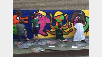 Schoolmuur Regina Pacis 2 vol graffiti: alternatief cadeau voor einde schooljaar
