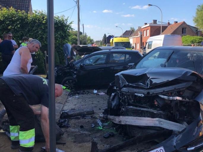 Ongeval met drie auto's en veel schade aan Pulsesteenweg