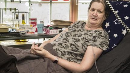 """Magda (50) mag naar huis na recordtijd op corona-afdeling: """"Ik had maar 7% kans om te overleven"""""""