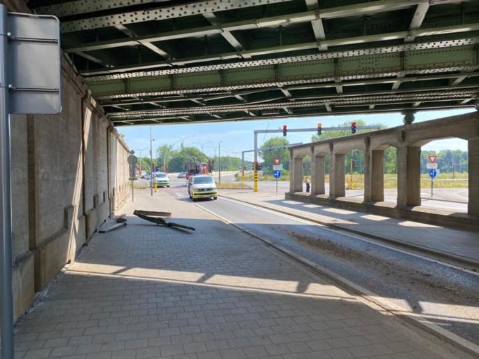 Vrachtwagen beschadigt spoorwegbrug aan Turnhoutsepoort