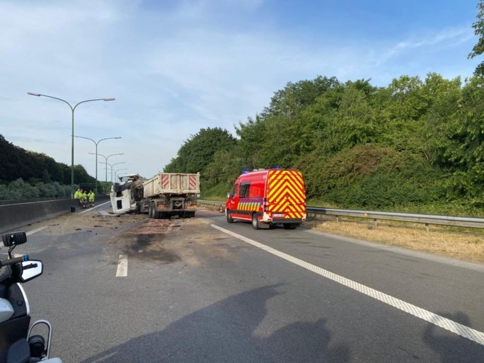 Bevrijdingstunnel richting Antwerpen volledig versperd na ongeval met vrachtwagens