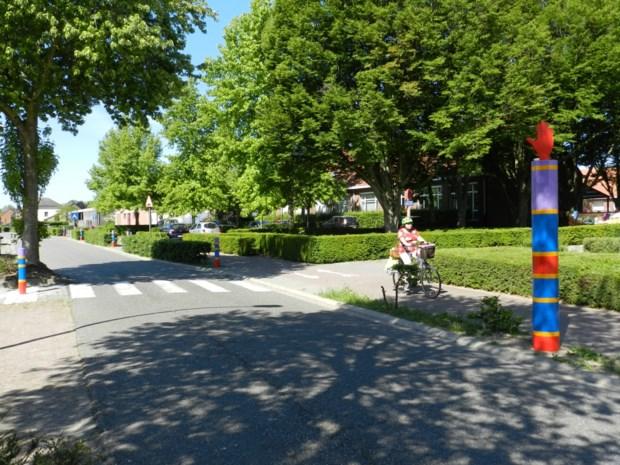 Kleurrijke palen maken schoolomgeving zichtbaarder