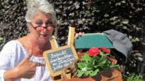 """Mie Tracteur: """"Zet boekentas met bloemen in je voortuin als steun aan leerkrachten"""""""