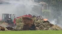 Hooi vat vuur in loods: brandweer krijgt hulp van boeren tijdens bluswerken