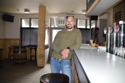 """Kleinste café van Zandhoven kan niet open: """"Zolang ik dicht blijf, scheer ik mij dagelijks kaal"""""""